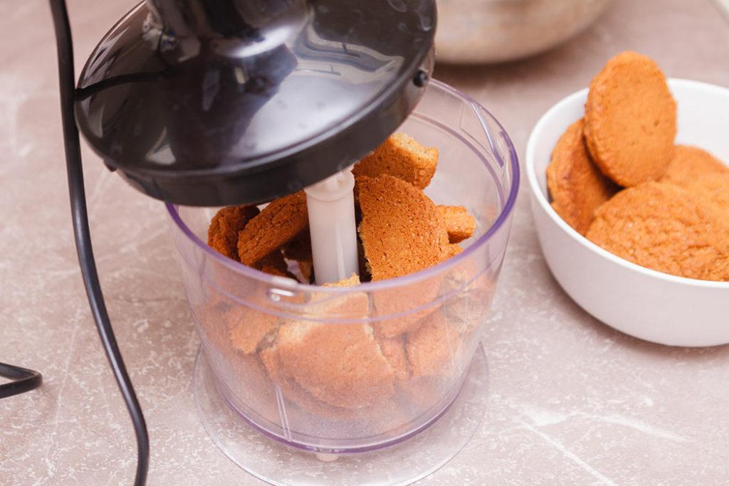 печенье ломаю на 2-4 части и отправляю в чашу блендера и перемалываю его на крошки
