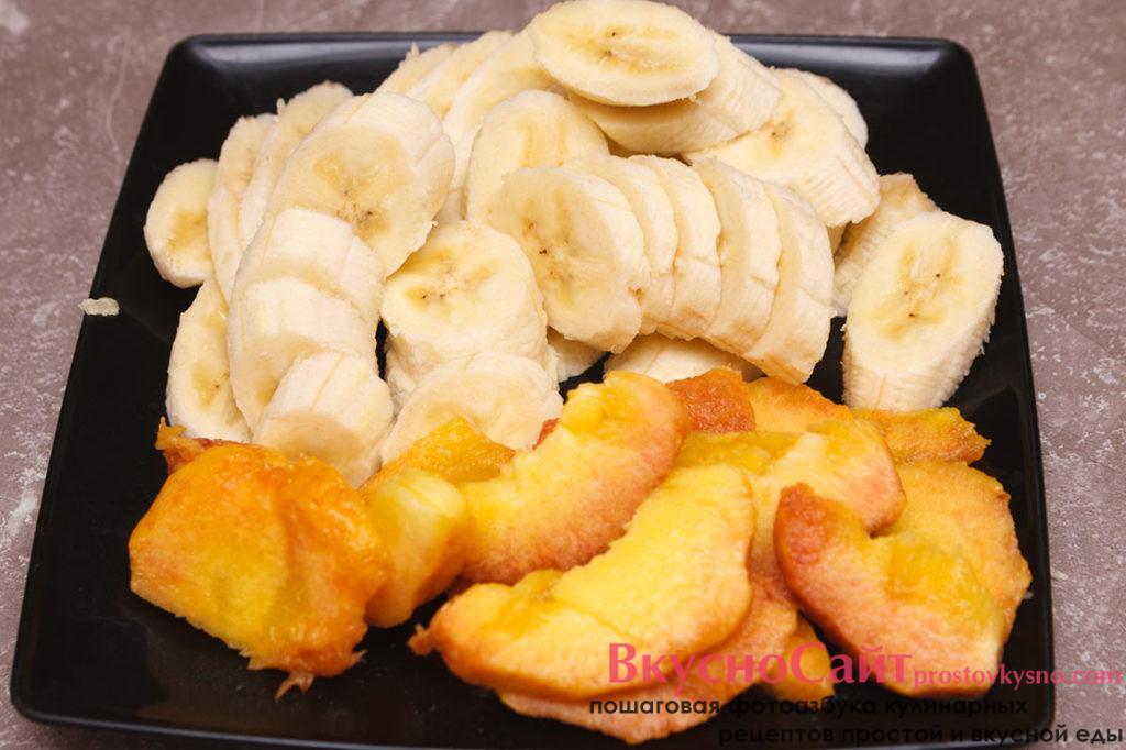 нарезаю персик и бананы слайсами