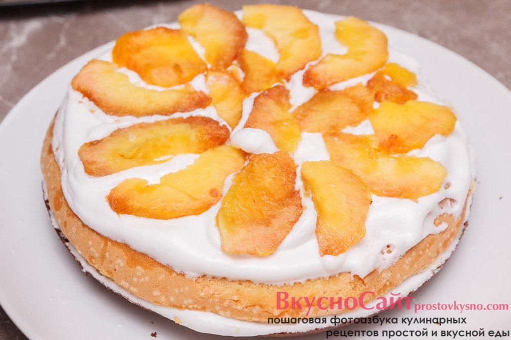 на крем выкладываю кусочки персика