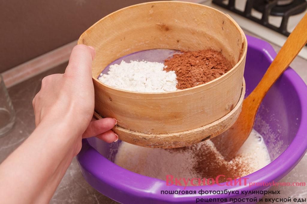 просеиваю к взбитым яйцам муку и какао