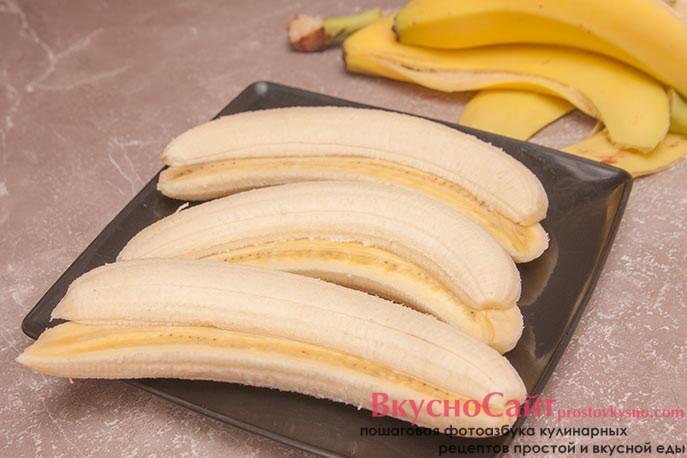 бананы освобождаю от кожуры и разрезаю пополам вдоль