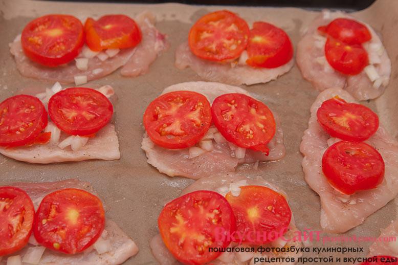 сверху на лук кладу кружочки помидоров