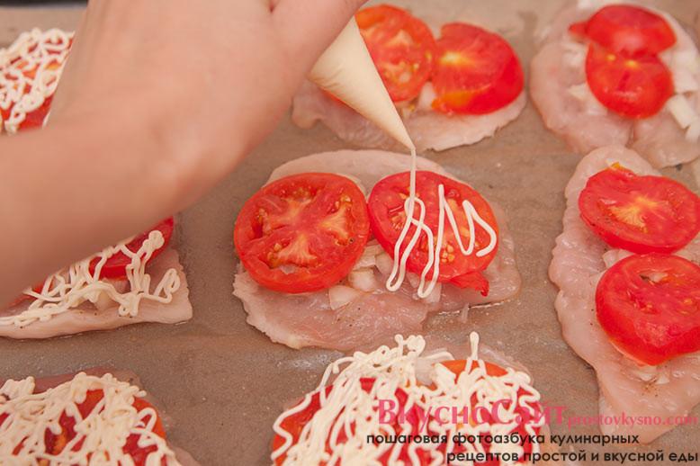 помидоры поливаю небольшим количеством майонеза