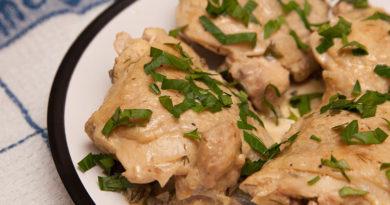Куриные бедрышки в сметане приготовленные в мультиварке
