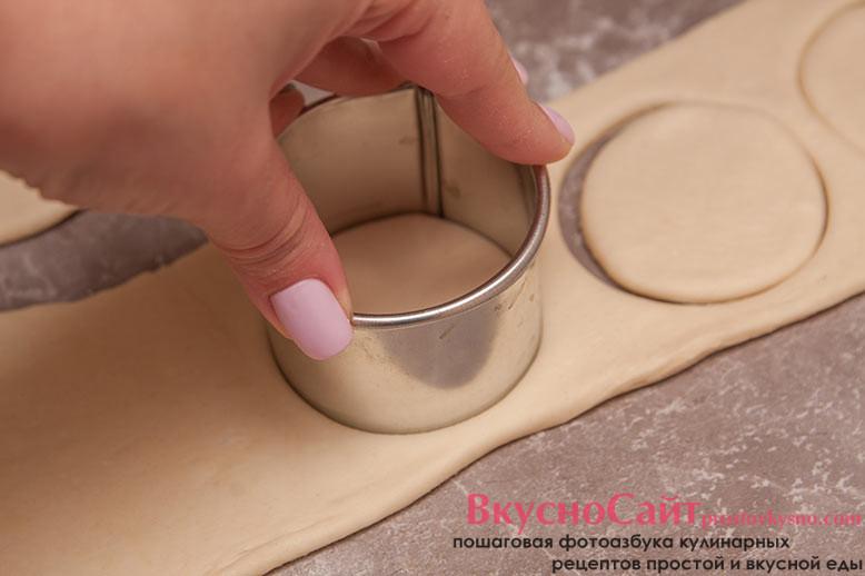 формировочным кольцом вырезаю из немного раскатанного теста 24 кружочка