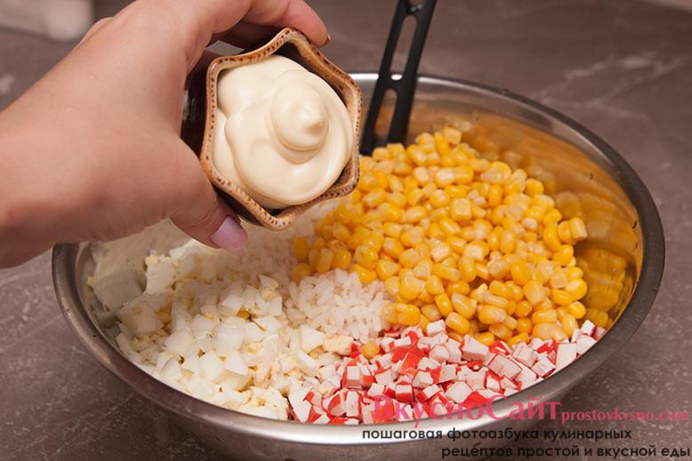 Добавляю в салат майонез и соль с молотым перцем. Все хорошо перемешиваю