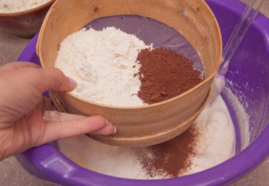 просеиваю к взбитым яйцам муку, какао и разрыхлитель