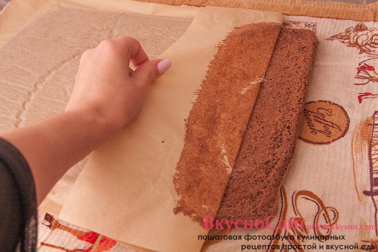 Достаю бисквит из духовки и перекладываю его на влажное полотенце. Аккуратно, без резких движений снимаю пергамент.