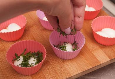 перепелиные яйца посыпаю сверху нашинкованной зеленью