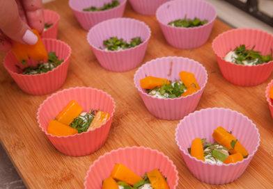 сверху на яйца и зелень укладываю брусочки отварной моркови