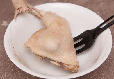 после звукового сигнала об окончании варки достаю куриное мясо