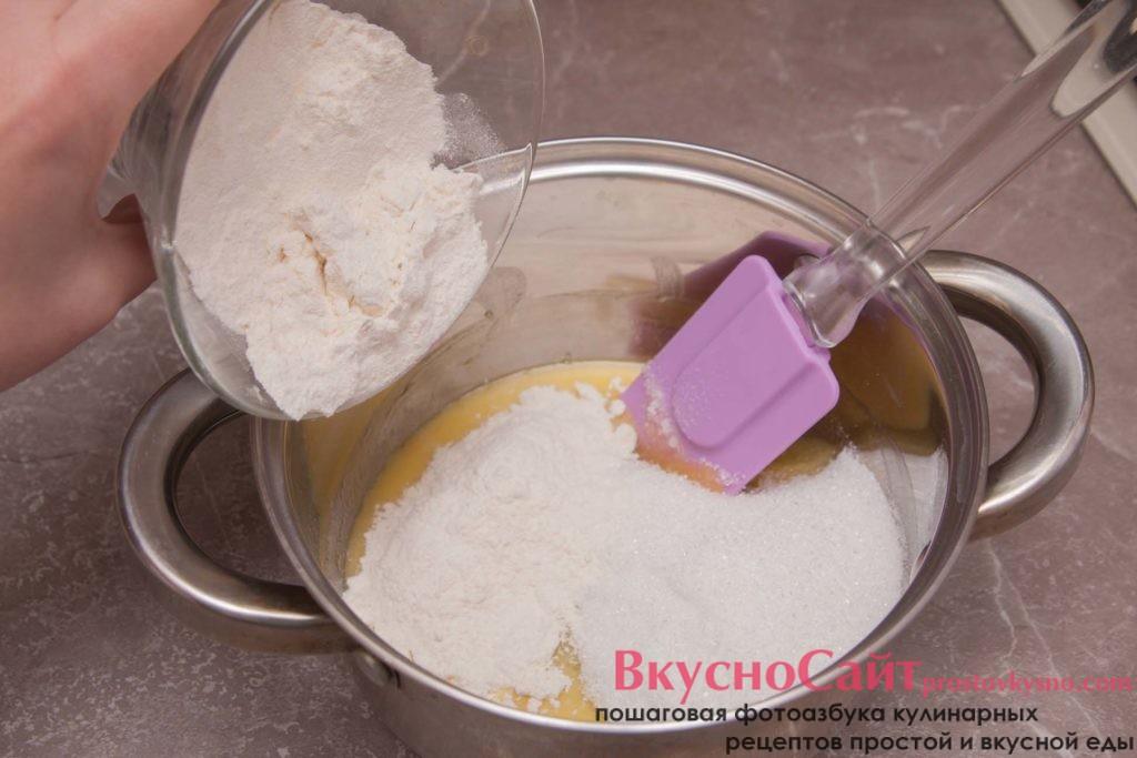 В растопленное масло добавляю сахар и муку. Перемешиваю все до однородной консистенции