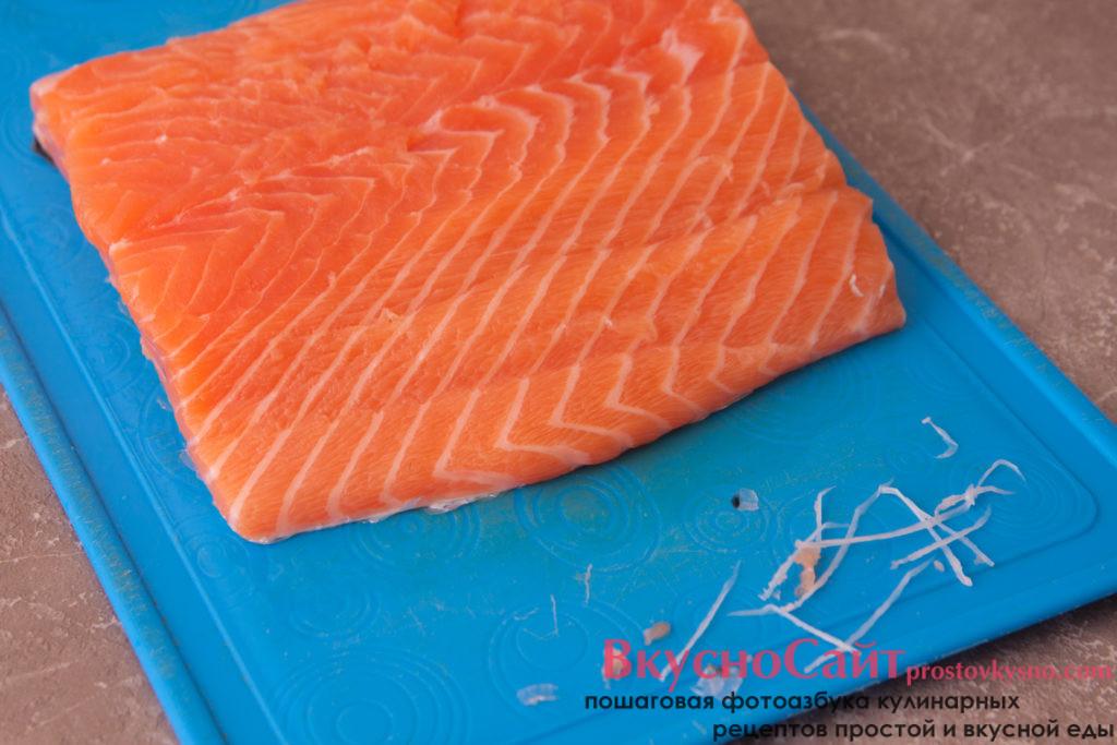 с помощью пинцета удаляю все кости из филе лосося