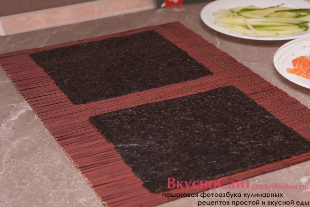 листки нори выкладываю на бамбуковый коврик