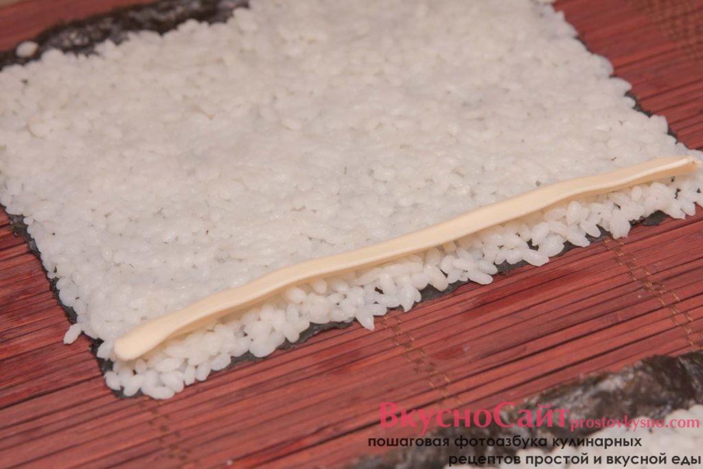 на край с рисом выдавливаю плавленый сыр