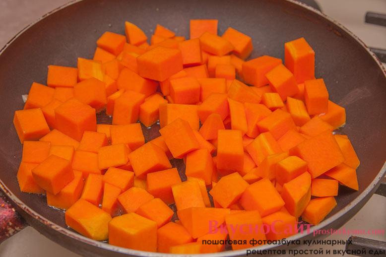 беру вторую сковороду и разогреваю ее с растительным маслом. Когда сковорода нагреется, отправляю в нее тыкву