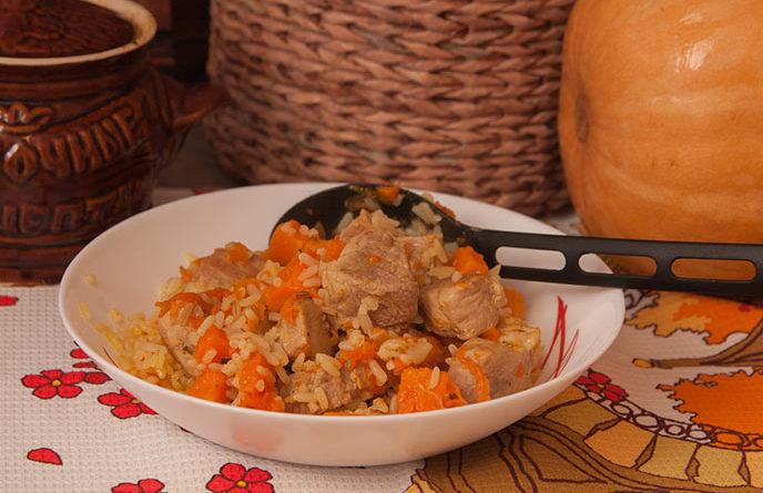 Тыква в горшочке с мясом и рисом в тарелке