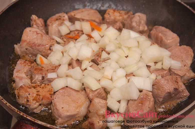 к мясу добавляю лук и продолжаю обжаривать