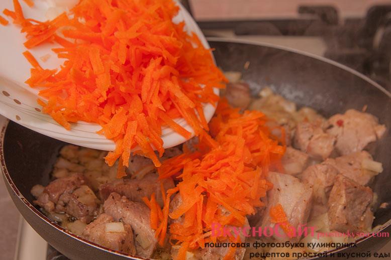 в сковороду с мясом и луком добавляю морковь