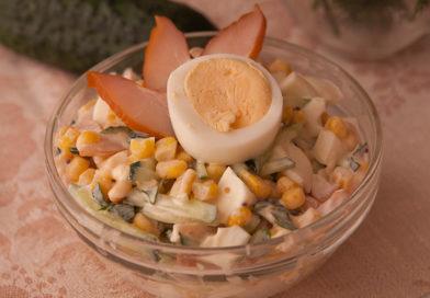 Салат с копченым филе, кукурузой и огурцом