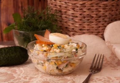простой рецепт салата с копченым филе, кукурузой и огурцом