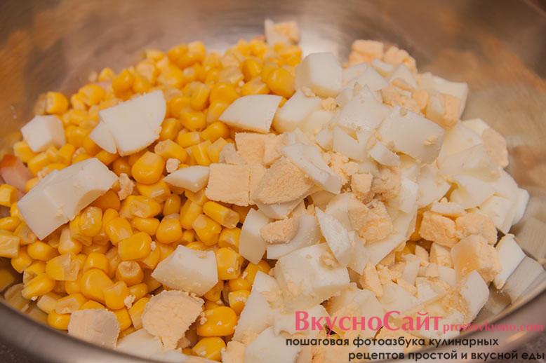 предварительно отваренные и очищенные яйца нарезаю небольшим кубиком и добавляю к остальным ингредиентам