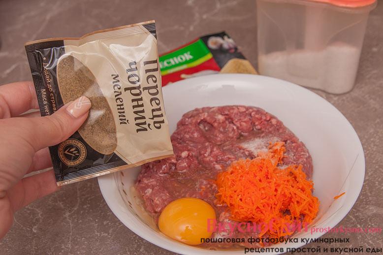 добавляю в фарш яйцо, часть мелко натертой морковки, соль, перец и сушеный чеснок