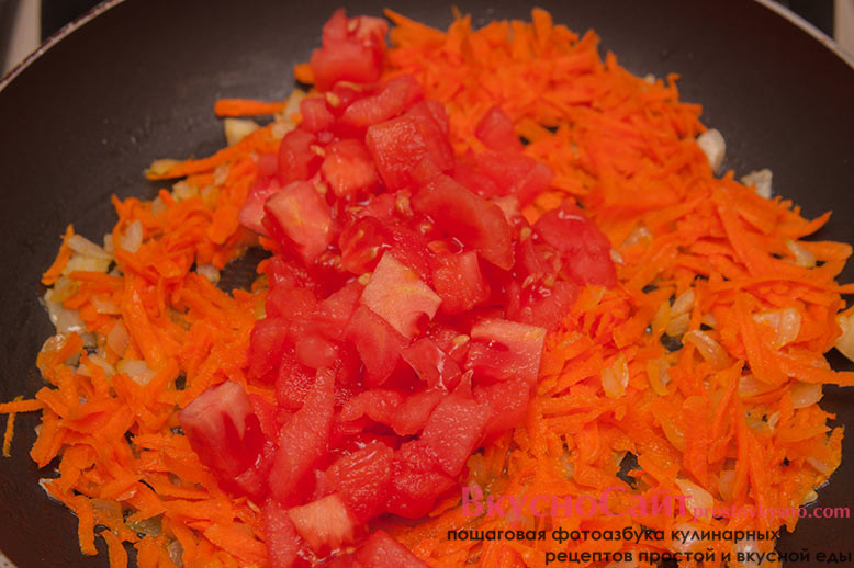 в сковороду добавляю натертую морковь и измельченный бланшированный помидор