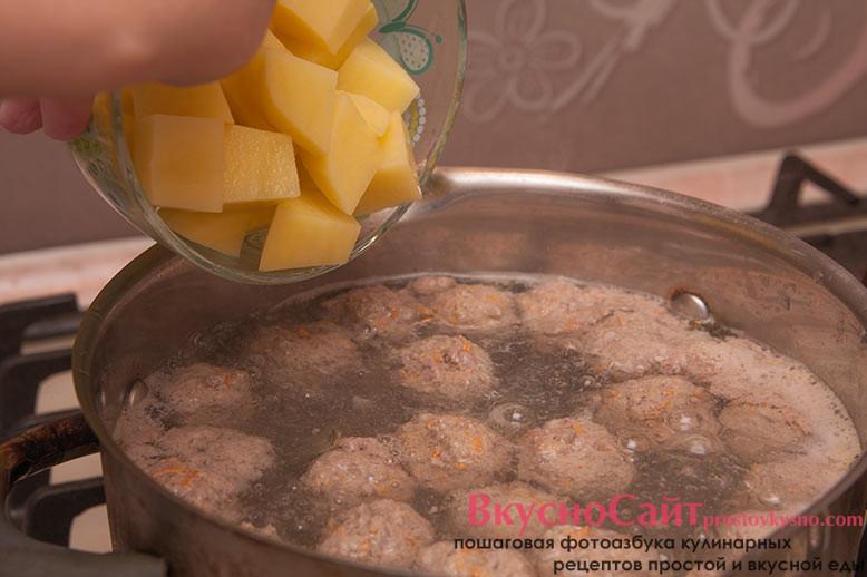 картофель нарезаю кубиком и после того как тефтельки всплывут, отправляю картофель в кастрюлю