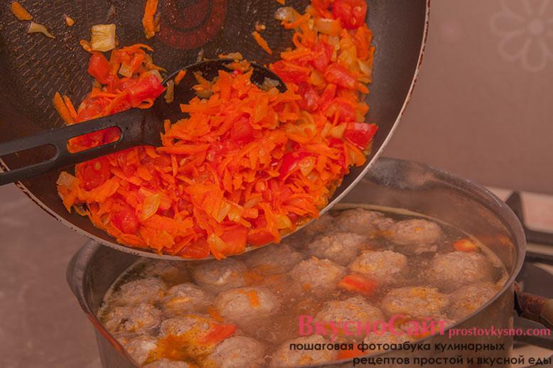 добавляю пассеровку в суп с тефтелями и довожу суп по вкусу, солю и немного перчу