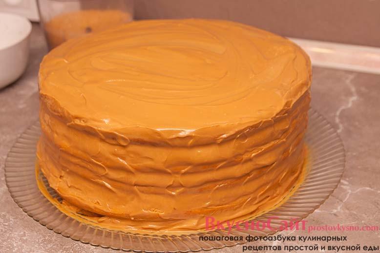 самый верхний корж и бока тортика необходимо хорошо смазать кремом