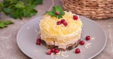 Салат с копченой грудкой и ананасами слоями