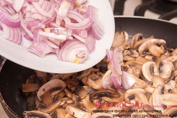 когда из грибов испарится жидкость, добавляю к ним лук и солю, перчу по вкусу