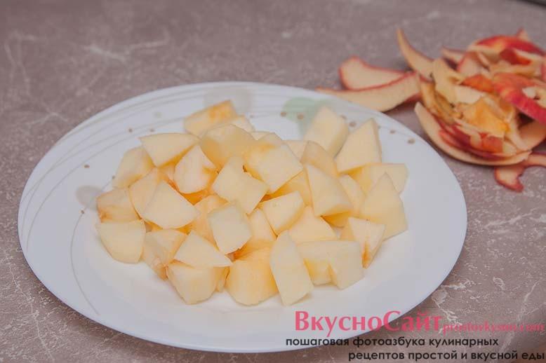яблоки чищу и нарезаю на небольшие кусочки, отправляю в микроволновку на 5-10 минут