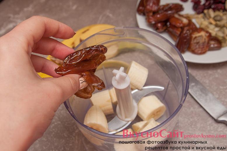 в чашу блендера нарезаю очищенный банан и очищенные от косточек финики