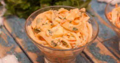 Салат с кальмаром и корейской морковью приготовленный дома