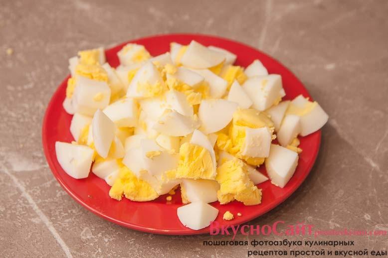 яйца чищу от скорлупы и крупно нарезаю