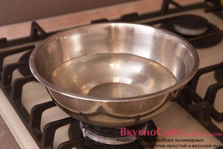 в миску набираю воду и отправляю на огонь, чтобы вода закипела для паровой бани