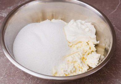 в миске соединяю творог, сахар, ванильный сахар и сметану