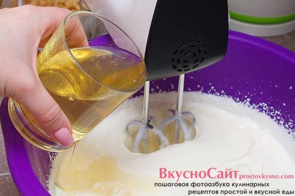 растопленный на паровой бане желатин вливаю тонкой струйкой в взбитые сливки с творогом, при этом не перестаю взбивать