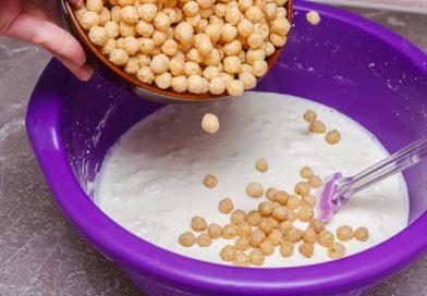 10) В готовую сливочно-творожную массу добавляю 240 г. кукурузных шариков.