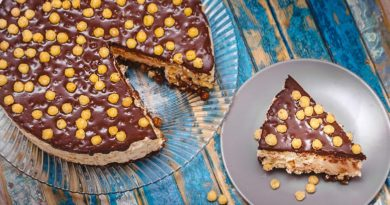 Творожный торт без выпечки со сливками на тарелке