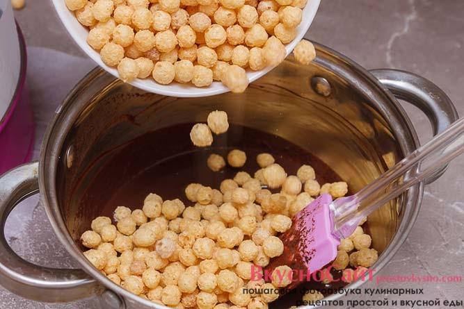 в растопленную шоколадную смесь отправляю кукурузные шарики и все хорошо перемешиваю
