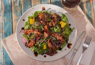 Теплый салат с курицей и соусом терияки приготовленный в домашних условиях