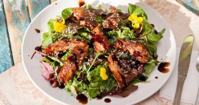Вкусный теплый салат с курицей и соусом терияки