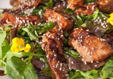 Теплый салат с курицей и соусом терияки