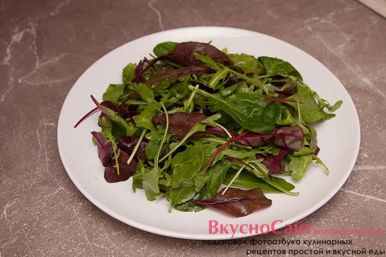 листья салата выкладываю на сервировочное блюдо и взбрызгиваю их оливковым маслом