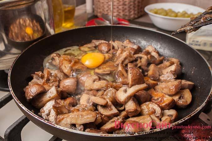 вбиваю к грибам яйца, солю, немного добавляю черного перца и хорошо перемешиваю, чтобы яйца обволокли грибы