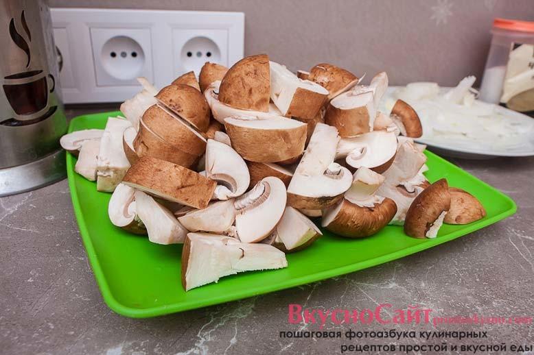 грибы нарезаю произвольно на небольшие кусочки