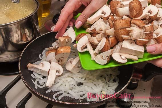 когда лук подрумянится, добавляю в него грибы